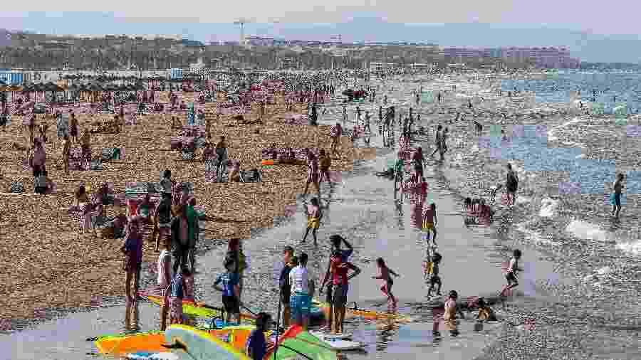 Pessoas voltar a se aglomerar nas praias de Valencia, na Espanha - Getty Images