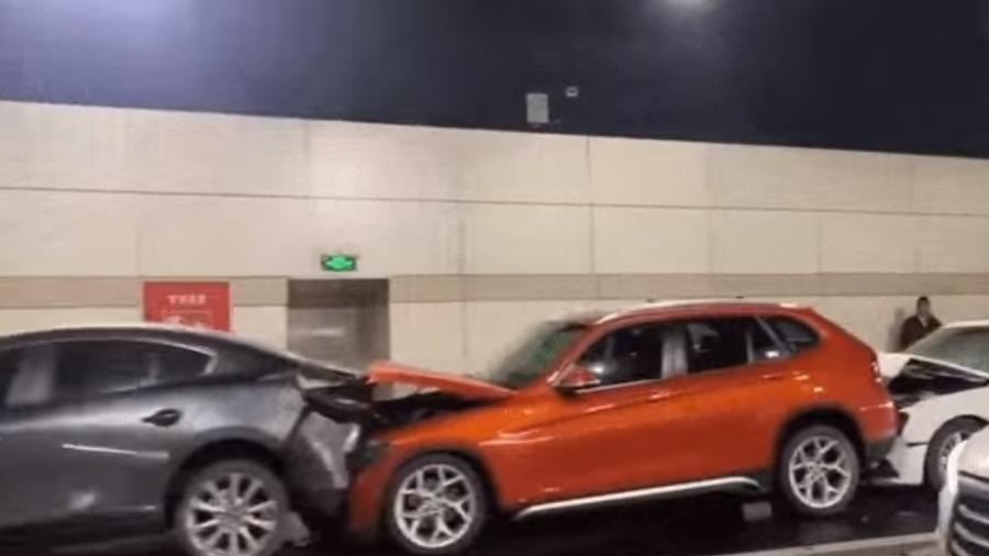 Acidente envolve 12 veículos na China - Reprodução