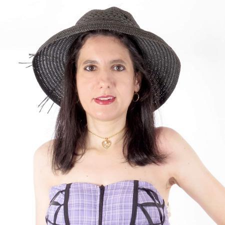 A influenciadora e professora de folclore Luciana Mallon, 47, vive em São Paulo (SP) e diz ter aversão a sexo  - arquivo pessoal