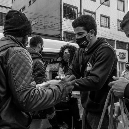Enzo Celulari participa da distribuição de comida para pessoas em situação de rua - Reprodução/Instagram/Daniel Kfouri