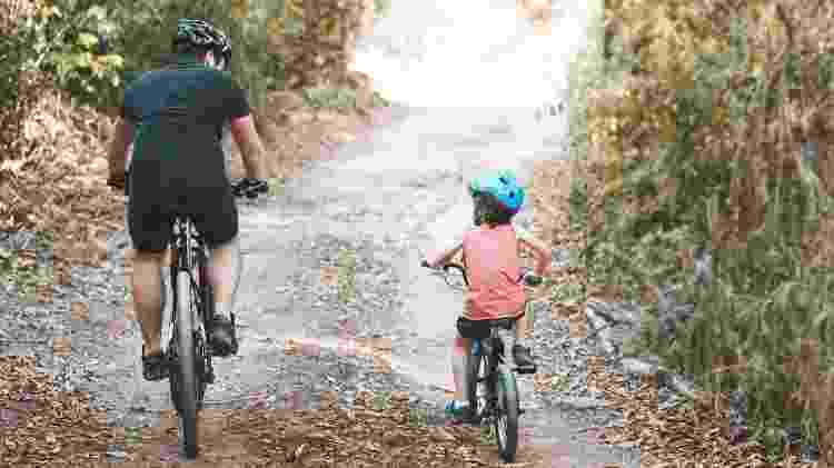 Pai e filho andando de bicicleta - iStock - iStock
