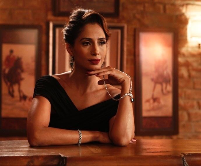 Regina partipa de ensaio de moda com as joias de Estela