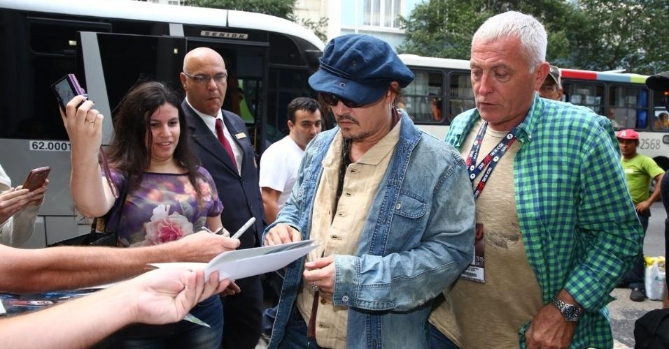 23.set.2014 - Johnny Depp é recebido por fãs ao chegar ao Copacabana Palace, no Rio de Janeiro, com a banda The Hollywood Vampires, com a qual se apresenta no Rock in Rio