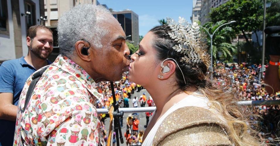Preta Gil dá um selinho no pai, o cantor Gilberto Gil