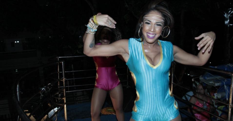 4.fev.2015 - A morena do É o Tchan, Joyce Mattos, dança em cima do trio durante show do grupo