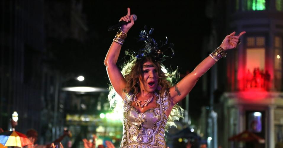10.fev.2015 - Após a apresentação de Alceu Valença. foi a vez de  Elba Ramalho subir ao palco do Marco Zero e animar os foliões no último dia de Carnaval
