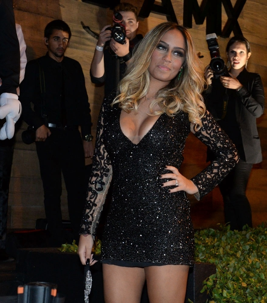 7.mar.2016 - Loira e decotada, Rafaella Santos chega para sua festa de 20 anos no Villa Mix, em São Paulo