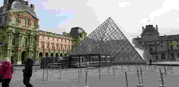 Imagem da fachada do Museu do Louvre, em Paris - AFP - AFP