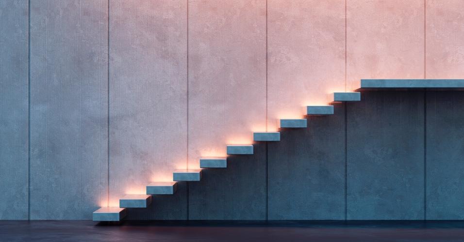 Moderna e com design arrojado, a escada não conta com guarda-corpo ou corrimão. Com degraus engastados na parede, a estrutura está em balanço e foi iluminada por balizadores que indicam o caminho