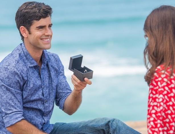 """Felipe (Marcos Pitombo) pede Shirlei (Sabrina Petraglia) em casamento em """"Haja Coração"""" - Reprodução/GShow"""