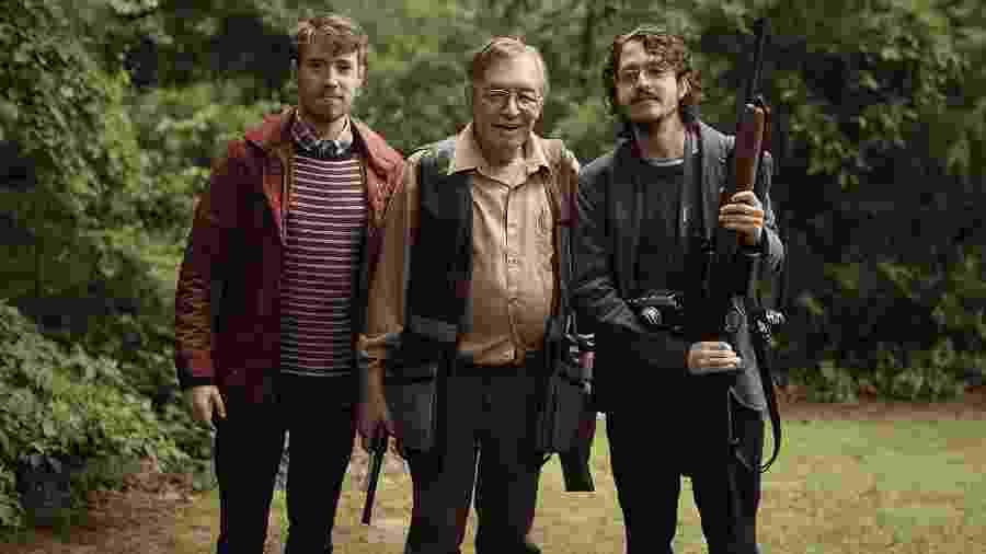 Produtor Matheus Bazzo, o protagonista do filme, Olavo de Carvalho, e o diretor Josias Teófilo durante filmagem da caça diária do filósofo - Divulgação