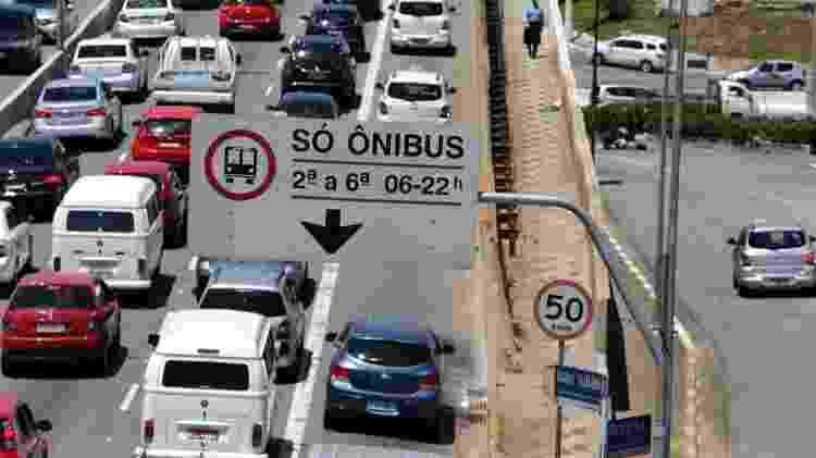 Faixa de ônibus invadida por carros trânsito SP - Rivaldo Gomes/Folhapress - Rivaldo Gomes/Folhapress
