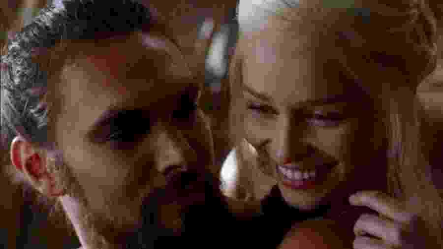 """Jason Momoa e Emilia Clarke como Drogo e Daenerys em """"Game of Thrones"""" - Reprodução"""