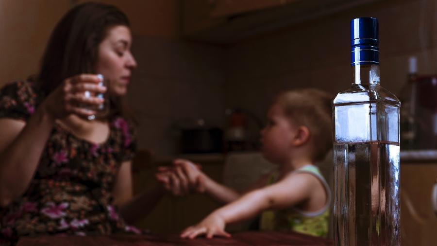 Beber na frente das crianças, não importa a quantidade, pode torná-las retraídas, preocupadas e tristes - iStock