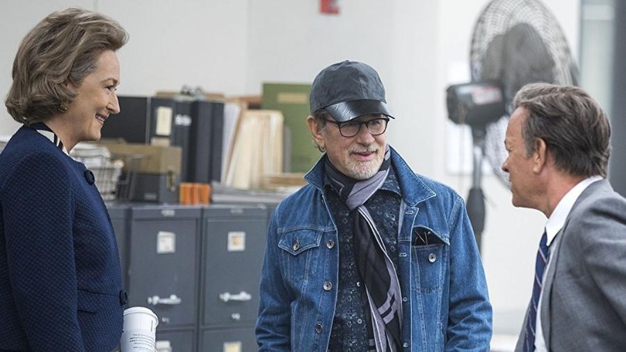 """Baita trio, hein? Meryl Streep, Steven Spielberg e Tom Hanks nos bastidores de """"The Post"""" - Reprodução"""