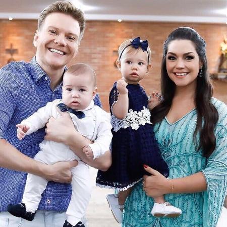 Michel Teló e Thais Fersoza com os filhos Teodoro, que foi batizado, e Melinda - Reprodução/Instagram