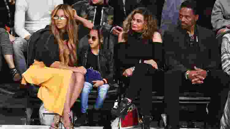 Beyoncé, Blue Ivy, Tina Knowles e Richard Lawson no NBA All-Star Game - Getty Images