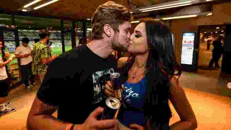 Breno e Paula se beijam em camarote - Divulgação/i7/Mineirão