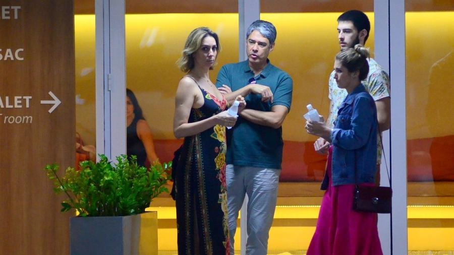 William Bonner curte passeio no shopping com a noiva Natasha Dantas, o filho Vinicius e a namorada Thalita - Ag.News