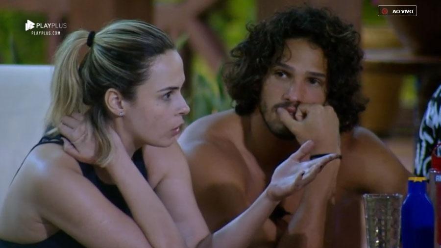 """Ana Paula Renault conversa com peões na beira da piscina em """"A Fazenda 10"""" - Reprodução/RecordTV"""