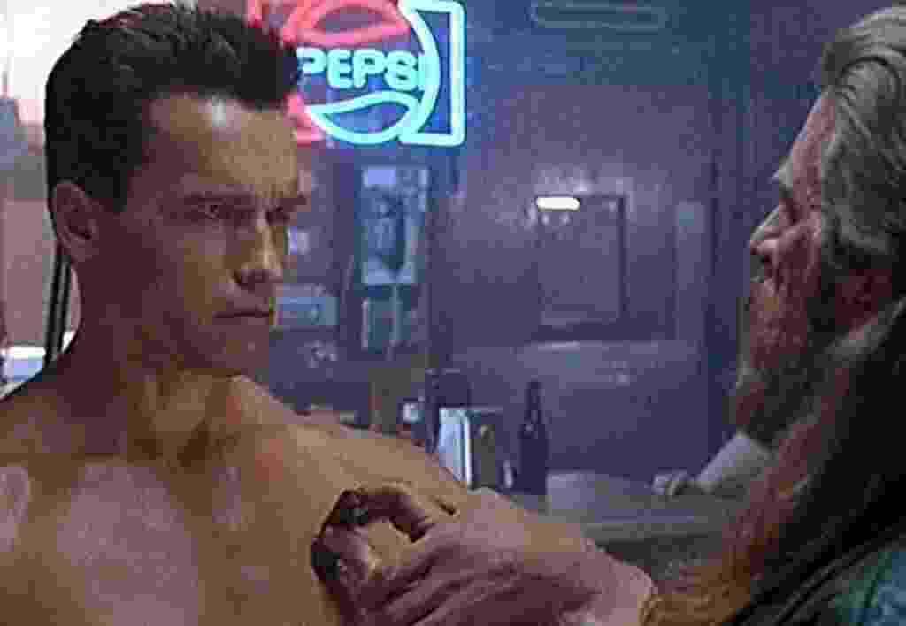 """Arnold Schwarzenegger e Robert Winley em """"O Exterminador do Futuro 2: O Julgamento Final"""" (1991) - Divulgação"""