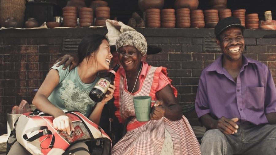 Compartilhando cerveja com Gogo, uma senhora de 90 anos do Zimbábue, em 2013 - Arquivo pessoal