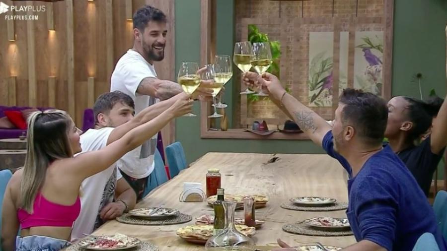 Peões brindam para comemorar vitória de Diego - Reprodução/PlayPlus