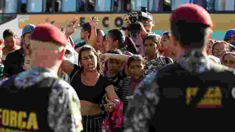 Familiares reagem em frente ao complexo prisional onde detentos foram estrangulados, em Manaus (AM) - Bruno Kelly/Reuters