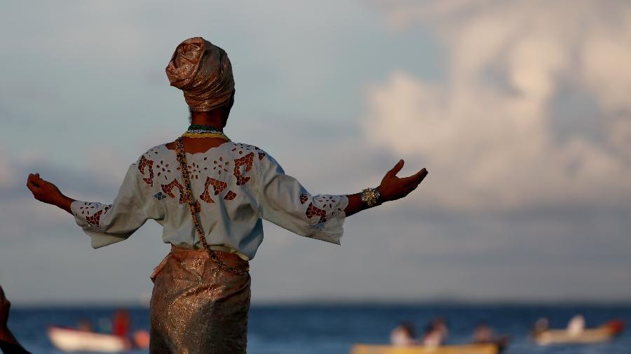 pessoa do Candomblé cultuando Iemanjá em Salvador - Joa_Souza/Getty Images