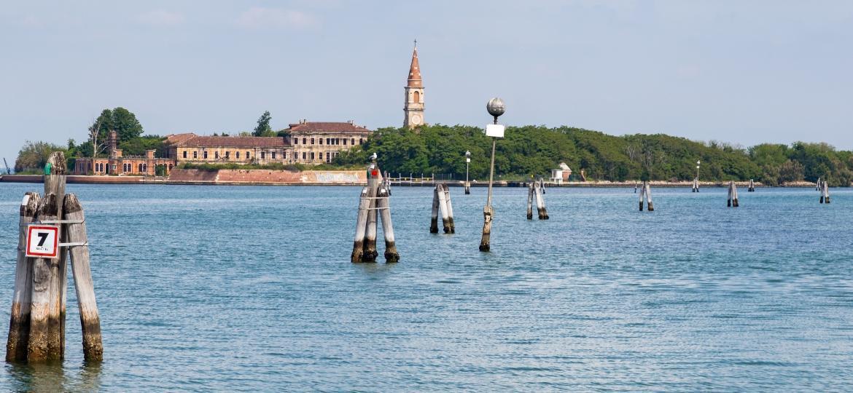 A ilha de Poveglia, que já foi usada como abrigo para doentes e manicômio - Getty Images