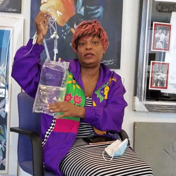Prima de Michael Jackson mostra suposta bolsa de medicamentos que foi usada pelo cantor