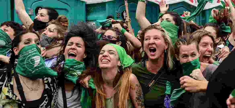 Mulheres celebram aprovação na Câmara; as máscaras verdes são o símbolo das ativistas que defendem o direito ao aborto - RONALDO SCHEMIDT/AFP