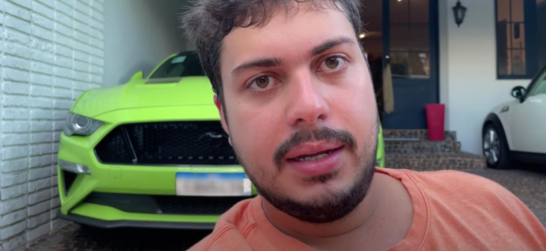 Razuk e seu Ford Mustang Black Shadow verde; youtuber diz que seguidores já reservaram mais de 6.000 cotas de R$ 50 de um total de 20 mil números para sorteio de esportivo - Reprodução