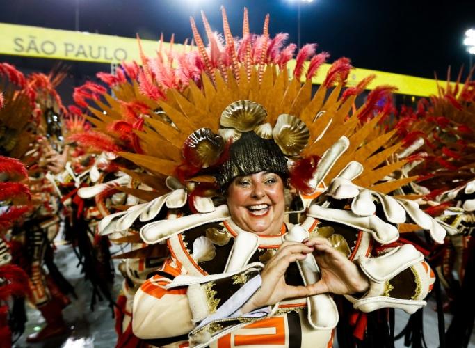 6.fev.2016 - Integrante da escola de samba Unidos de Vila Maria, segunda escola a entrar no Anhembi na madrugada deste sábado
