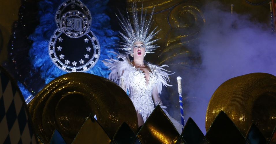 6.fev.2016 - Cláudia Raia é homenageada pela escola Nenê de Vila Matilde no Carnaval 2016 de São Paulo