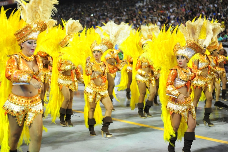 6.fev.2016 - Integrantes da escola de samba Unidos de Vila Maria, segunda escola a entrar no Anhembi na madrugada deste sábado