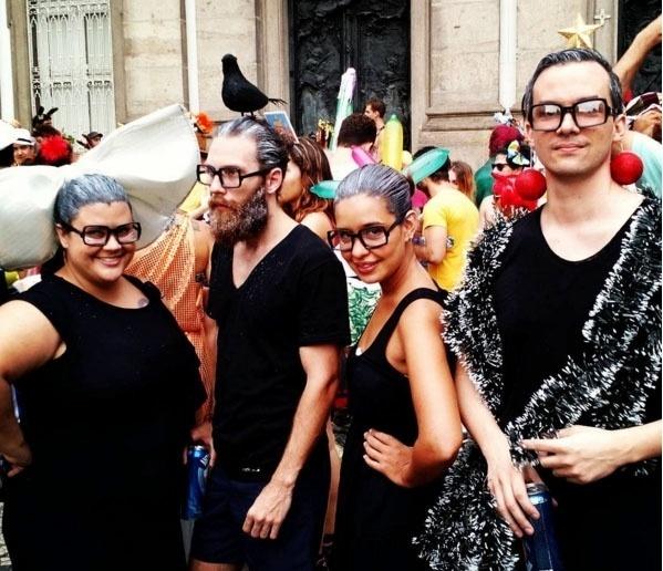 7.fev.2016 - Foliões homenageiam a atriz Vera Holtz e sua fotografias artísticas no bloco Boi Tolo, no Rio de Janeiro