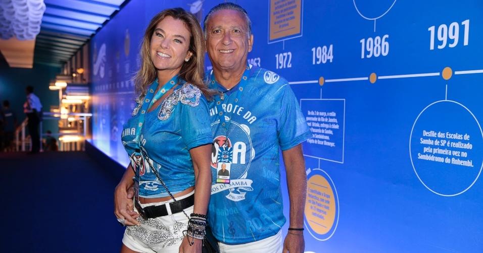13.fev.2016 - Galvão Bueno confere o Desfile das Campeãs do Rio com a mulher Desirée Soares