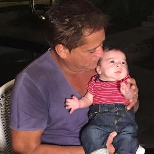22.mar.2016 - O cantor Leonardo finalmente conheceu o netinho Noah, filho de Jéssica Costa e Sandro Pedroso