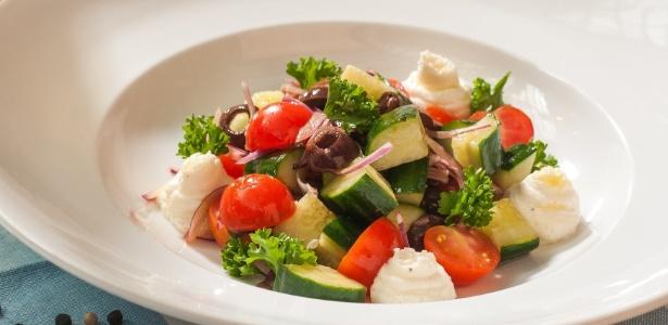 Salada servida por restaurante desagradou cliente, que ameaçou matar o funcionário