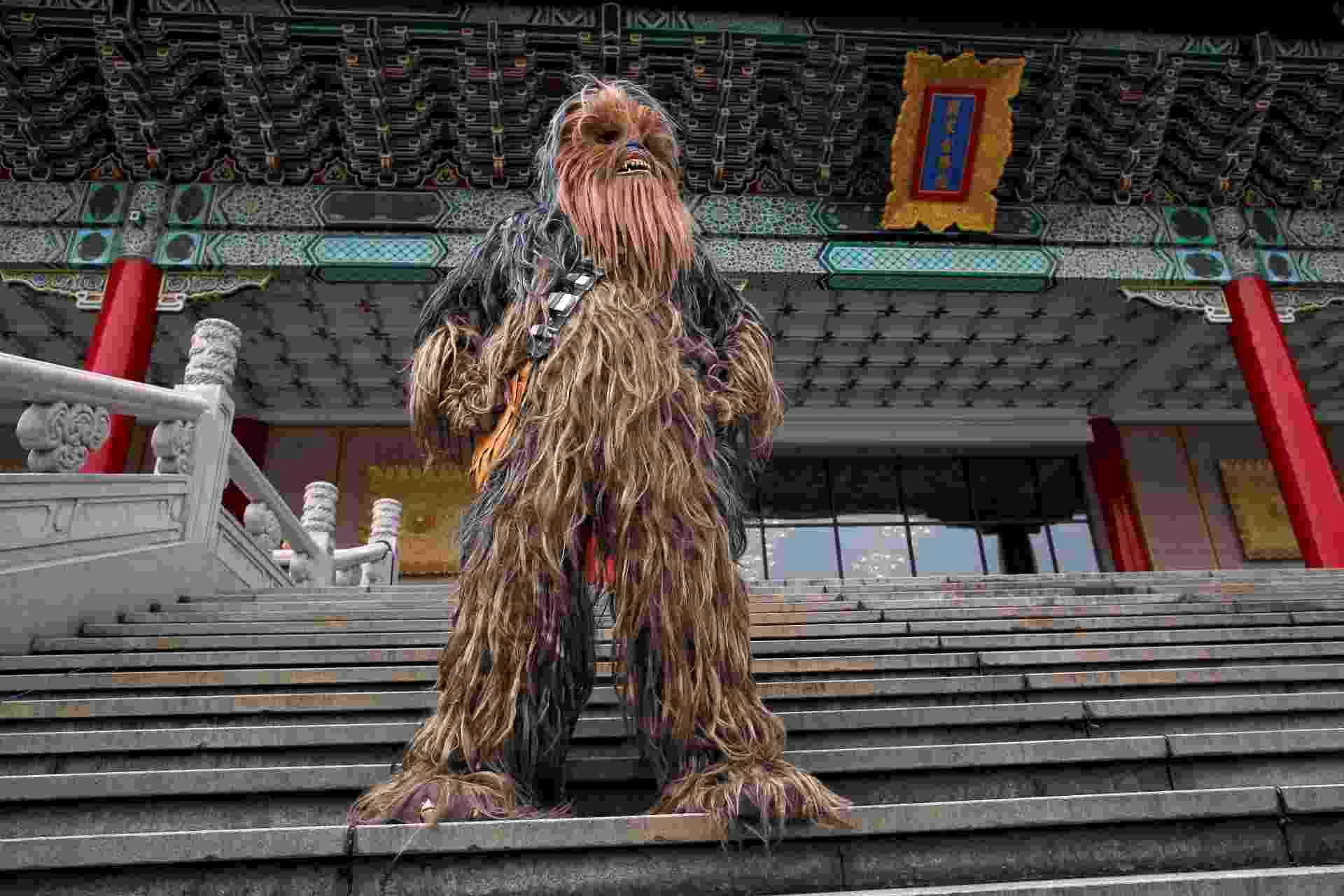 04.mai.2016 -  Fã festido de Chewbacca se apresenta em Taipei, no Taiwan - Tyrone Siu/Reuters