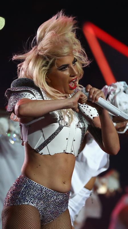 Muitos fãs gostaram do fato de a cantora Lady Gaga se apresentar com uma barriga normal  - Al Bello/Getty Images