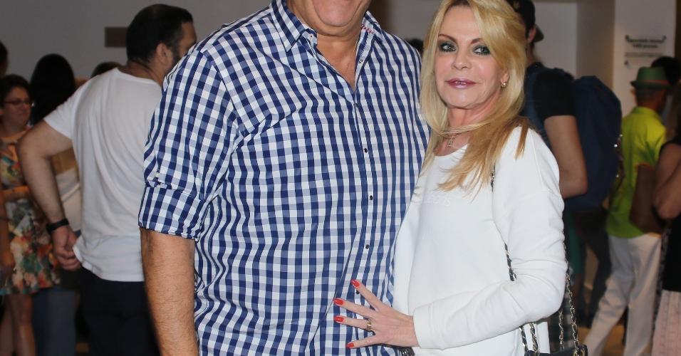 15.fev.2017 - O repórter Marcio Canuto e a esposa prestigiaram o Show de Verão da Mangueira, em São Paulo