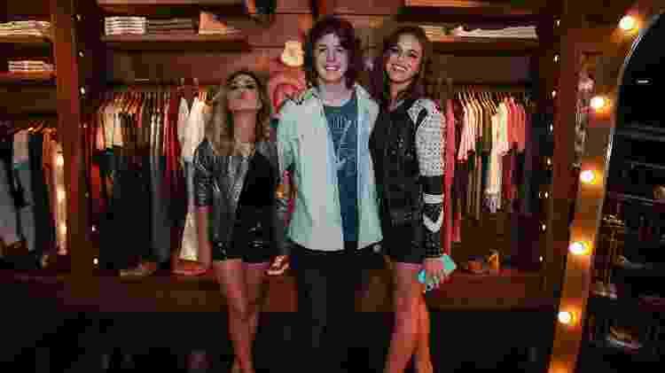 Lucas Jagger posa com as atrizes Tatá Werneck e Bruna Marquezine em evento da grife John John em São Paulo - Raphael Castello/Agnews - Raphael Castello/Agnews