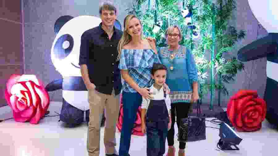 A apresentadora Eliana posa com o noivo, Adriano Ricco, a mãe, Eva Michaelichen, e o primogênito, Arthur em um espetáculo circense em São Paulo - Manuela Scarpa/Brazil News