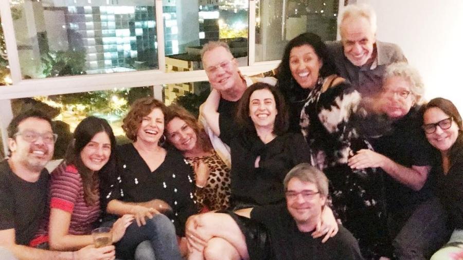 Luiz Fernando Guimarães entre amigos famosos, como Bruno Mazzeo, Regina Casé, Fernanda Torres e Débora Bloch  - Reprodução/Instagram