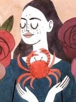 Ilustração de uma personagem representando o signo de Câncer. Vestida com camisa na cor azul escuro, a personagem possui forma humana e  enquadramento de busto. À sua frente, na altura dos ombros, uma imagem de um caranguejo. O fundo da imagem é laranja claro, acompanhado por algumas flores nas cores roxo, vermelho e rosa.