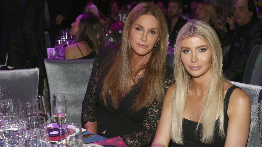 Caitlyn Jenner e Sophia Hutchins em festa pós-Grammy em Los Angeles, em 2018 - Getty Images
