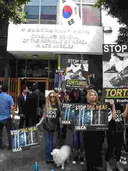 Protesto aconteceu em frente ao consulado da Coreia do Sul em Los Angeles, nos EUA - Frederick M. Brown/Getty Images