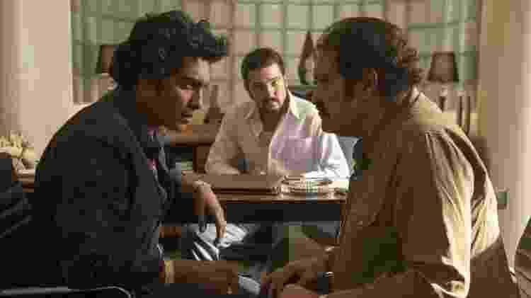 Tenoch Huerta (esquerda) interpreta Rafael Caro Quintero; Diego Luna (centro) interpreta Miguel Ángel Félix Gallardo; e Joaquín Cosío (direita.) é Ernesto Fonseca, na série do Netflix - Netflix - Netflix